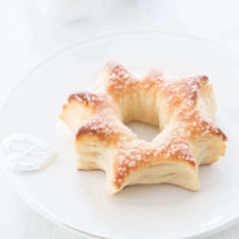 Christmas star shaped sweet buns with honey and anis | insimoneskitchen.com