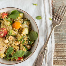 Salad with freekeh, courgette and red chili dressing | insimoneskitchen.com