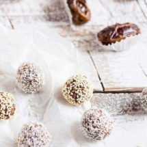 Coconut date balls. Sugarfree, glutenfree and all natural | insimoneskitchen.com